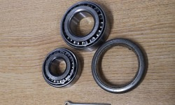 Front wheel bearings with seal (early)